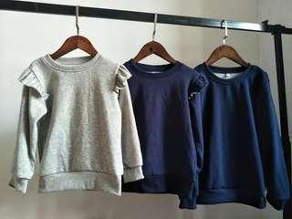 童裝女童衛衣 長袖  西松屋~小飛袖保暖內絨衫。。。。非常容易襯。   左一(灰色小飛袖) 足碼 100-110-120-130  中間(藍色小飛袖) 110x4 120x2  最右(藍色無手袖邊~~男女同款) 只得140碼   55包郵