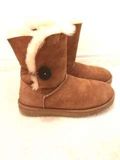 Uggs - Bailey Button