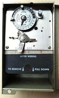 美國全金屬時間制,完整未修理過。如要了解請留電話。