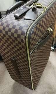 Lv Louis Vuitton luggage 大旅行喼 9成新, 但後面有小破口不明顯