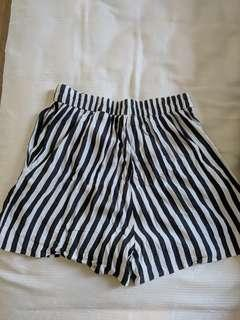 🚚 H&M black and white striped shorts