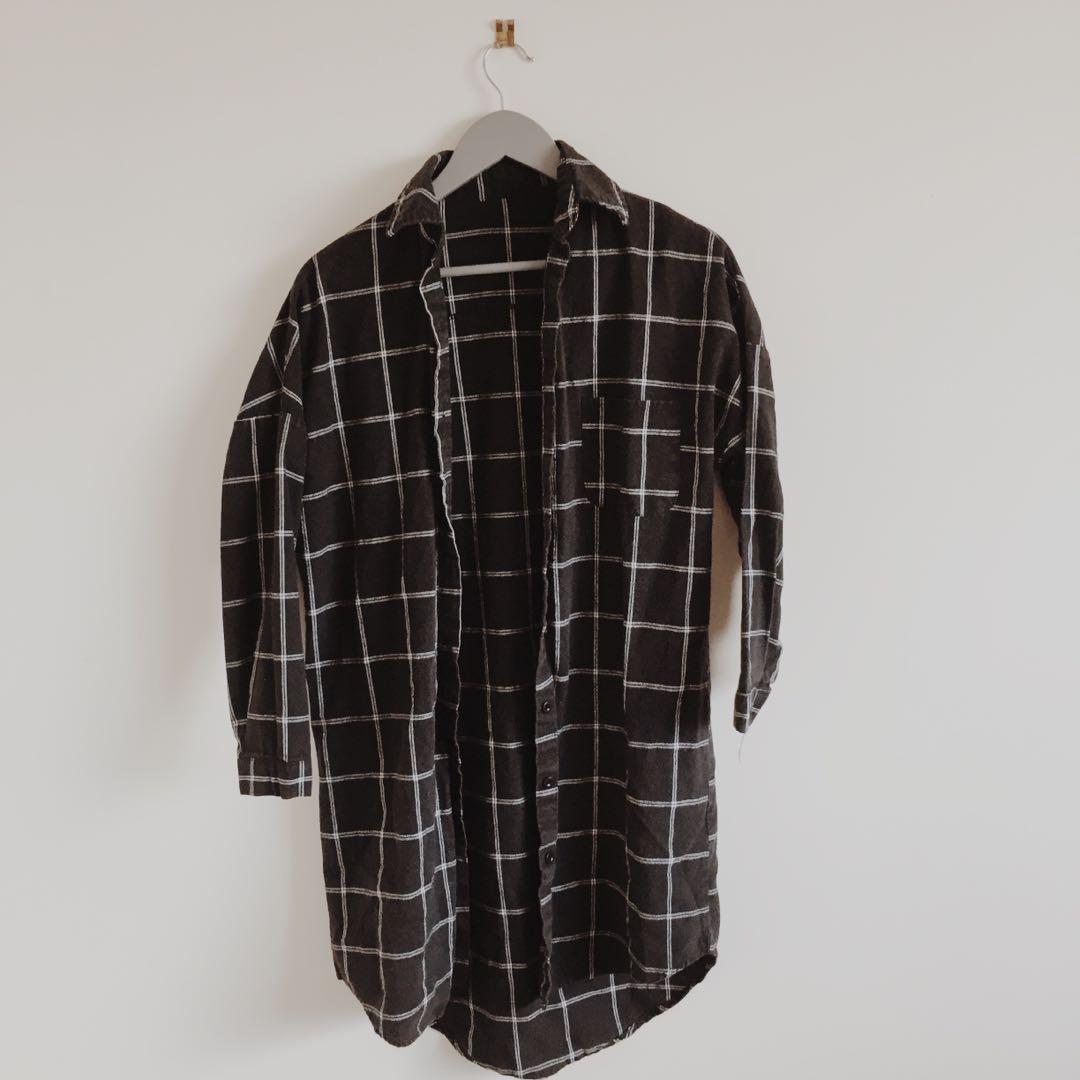 Grid pattern black long sleeve shirt