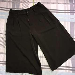UNIQLO 2 INCH BELOW THE KNEE LENGTH CULLOTES