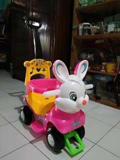 Sepeda baby ada dorongannya dan ada pelindung sisi kanan kirinya