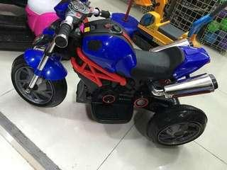 SALE RECHARGEABLE  BMW MOTOR FOR 1 TO 6 YEARS OLD... WITH LIGHTS AND SOUNDS.