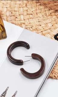 Chic brown loop earrings
