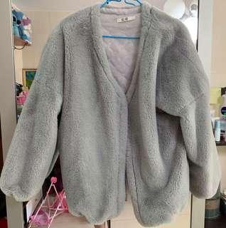 灰色毛毛外套
