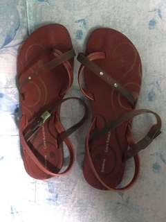 pre❤️ slippers magnda sya in actual, can fit 6,7,8 masyado lang syang masikip sa 9 size