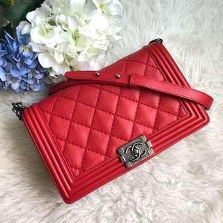 ❤️A gorgeous bag at a good deal!❤️ Chanel Le Boy New Medium in Red Calfskin RHW