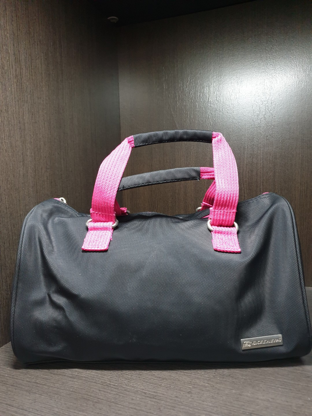 9a4f0d4a3df Skechers Gym Bag Black(pink interior), Women s Fashion, Bags   Wallets,  Handbags on Carousell
