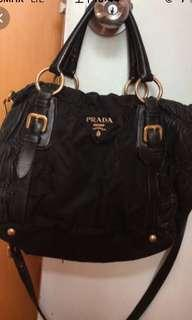 Prada 手袋黑色👍❤️🙃新淨,皮加絹質地、有長帶。🤗👍❤️❤️SF 到付。