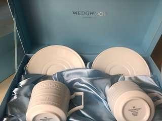 🚚 WEDGWOOD INTAGLIO雕刻骨瓷杯組 兩杯兩盤