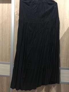 Long black wavy skirt