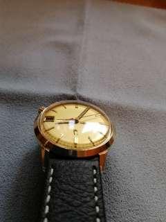 Bulova保露華音义淨手表一隻,行電池,7成新,表身大約34mm, 表底有字,應該是外國公司員工長期服務賞禮物,包金表一隻,走時準,有意留tel no. ,可少議,表帶和表扣非原裝