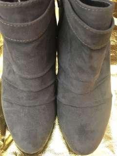 灰色高跟鞋