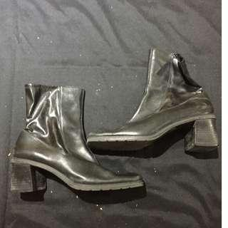 Black leather and synthetic boots - Size 9