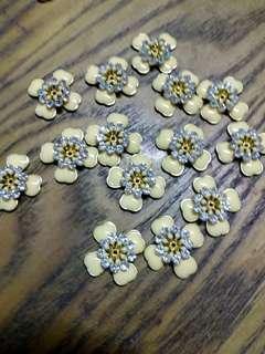 [50%OFF] Beige Flower Metal Beads