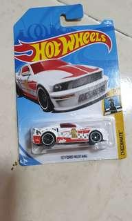 Hotwheels 07 Ford mustang