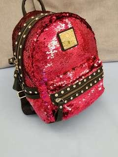桃红色珠片背包