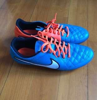平放九成新Nike Tiempo足球鞋 (人造草)