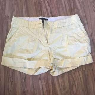 🚚 H&M 鵝黃色褲管反折短褲