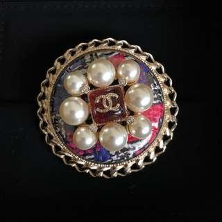 Chanel Brooch in Metal, Glass Pearls, Tweed in GHW