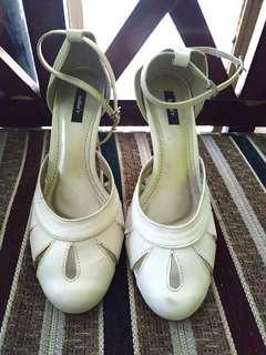 Sepatu putih julia'r