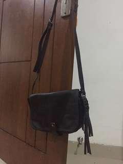 sling bag hitam Berskha