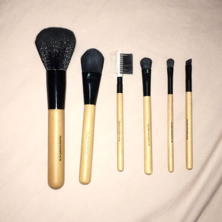Nutrimetics Brush set of five with makeup bag - BRAND NEW!!