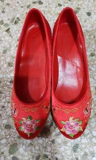 Traditional Kua shoes with box