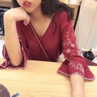 🚚 韓版🧡V領刺繡喇叭袖上衣