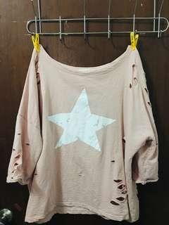 斜肩粉紅星星刷舊破洞上衣