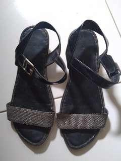Sepatu sendal beli di matahari