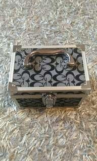 🚚 緹花布紋手提化妝箱 珠寶盒子