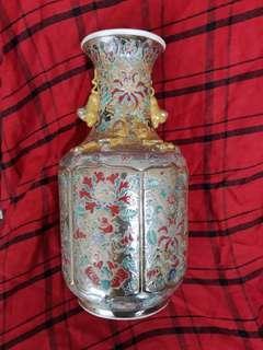 Qing dynasty famille rose 粉彩花瓶乾隆年制款。35cm high.