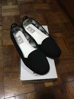 Flossy black canvas size 37