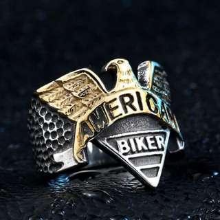 《 QBOX 》FASHION 飾品【RBR8-206】精緻歐美龐克風老鷹標誌鑄造鈦鋼戒指/戒環