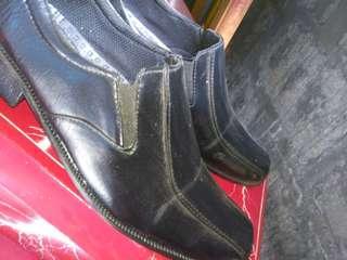 Sepatu kulit hitam