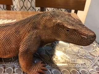 Kayu Nagasari ukir Komodo Dragon