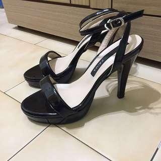一字扣露趾高跟涼鞋