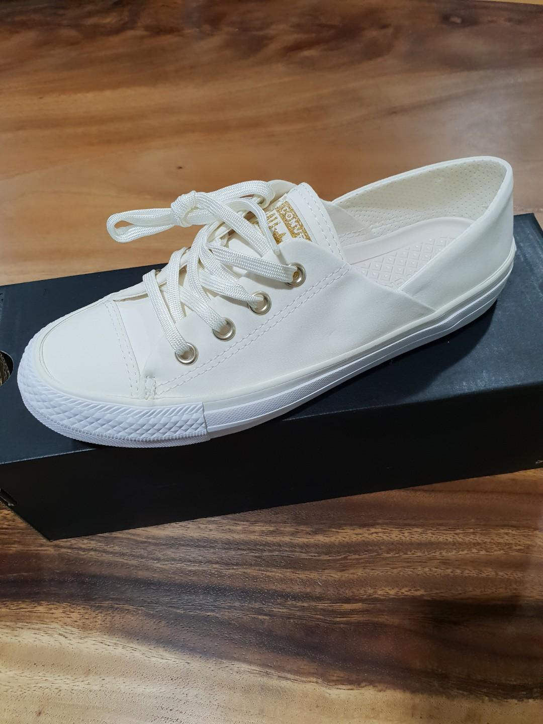 Converse coral ox white, Women's Fashion, Shoes, Sneakers on Carousell