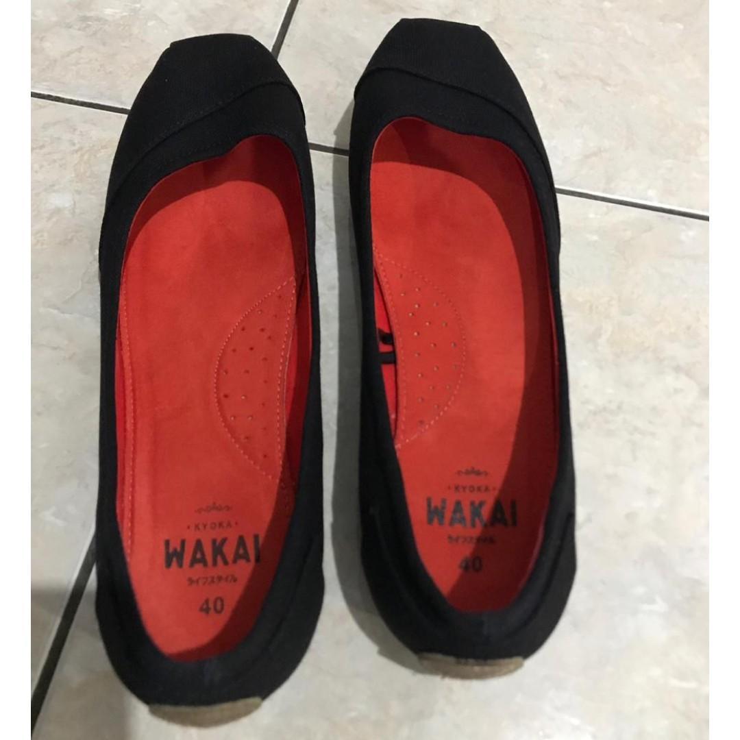 Sepatu WAKAI ori hitam slip on wanita like new
