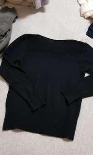 黑色一字領針織上衣