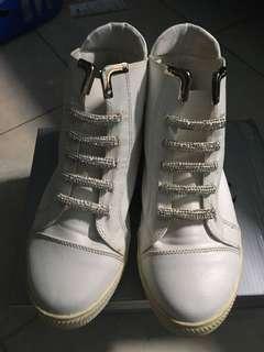 Sepatu putih fashion