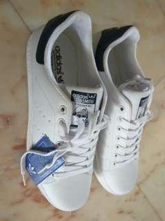 🚚 Adidas Stan Smith size 44 uk9