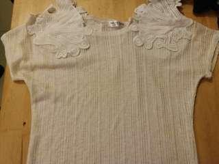 Ladies knit top.  Made in Korea.  米白色 短袖 top.  特色膊頭設計。  有彈力。露膊裝。(圖 5)  平鋪胸 34 寸。  衫長 18.5 寸。  90% 新。