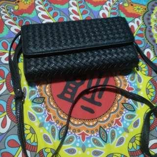 Almost brand new big size sling wallet with losts of compartments (strictly by mail)