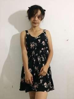 Dress bunga-bunga, berwarna hitam