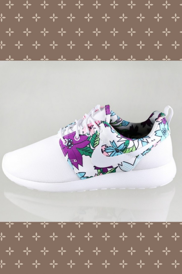 Nike Women flower print white running shoes Size 10.5 c3f5bb4fee