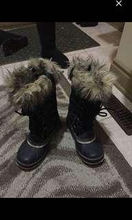 Black Sorel winter boots size 7 in EUC has light fur at the top of boots